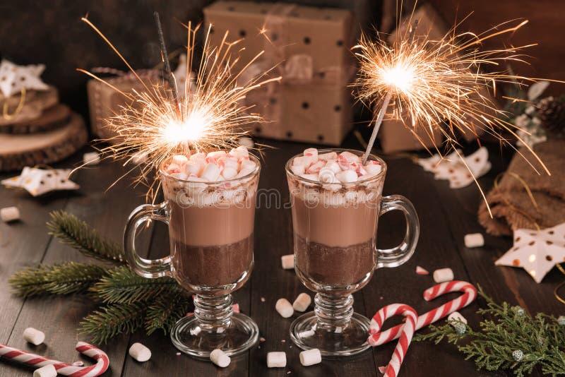 Schale des Kakaogetränks der heißen Schokolade mit Eibische und Wunderkerzen lizenzfreie stockfotos