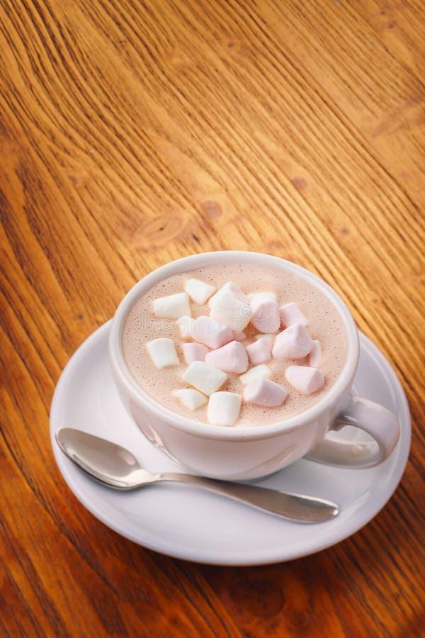 Schale des neuen Getränks der heißen Schokolade mit Eibisch auf dem Holztisch lizenzfreies stockfoto