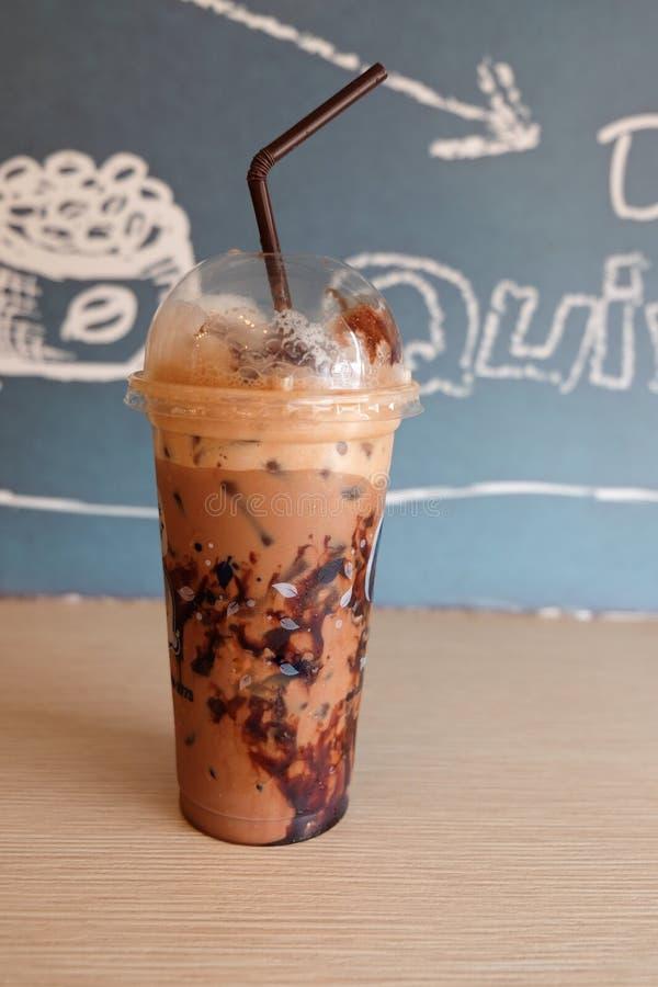 Schale Eiskaffee im Plastikglas lizenzfreies stockbild
