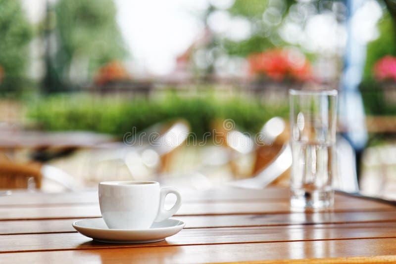 Schale Espresso auf Holztisch in einer Straßenkaffeestube stockbild