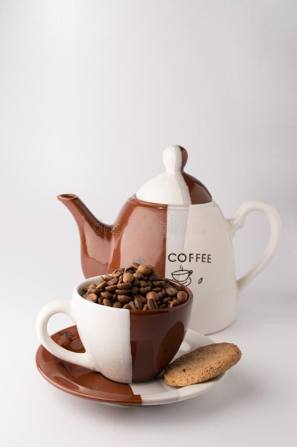 Schale gebratene braune Kaffeebohnen lizenzfreies stockbild