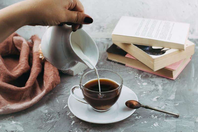 Schale Getränk und Bücher lizenzfreie stockfotografie