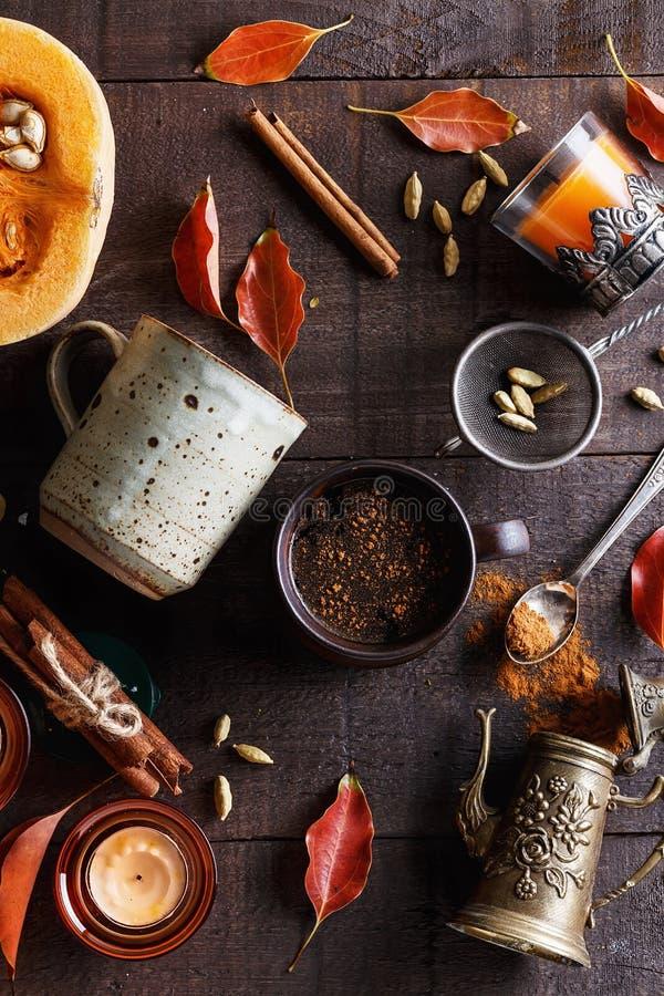 Schale gewürzter Kaffee über dunklem rustikalem Hintergrund stockbilder