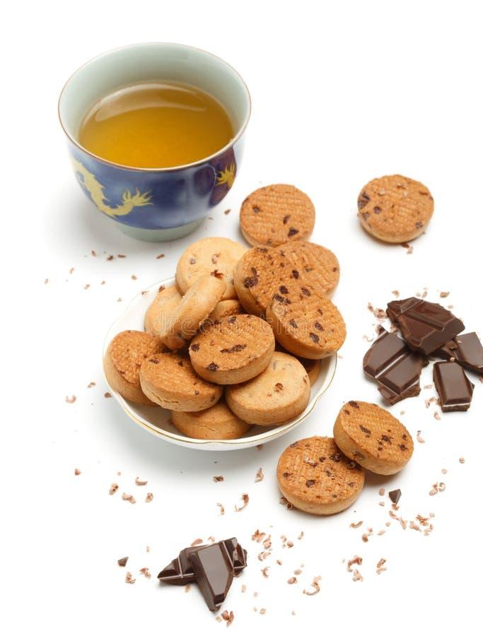 Schale grüner chinesischer Tee, geschmackvolle Keksplätzchen und dunkles chocola lizenzfreies stockbild