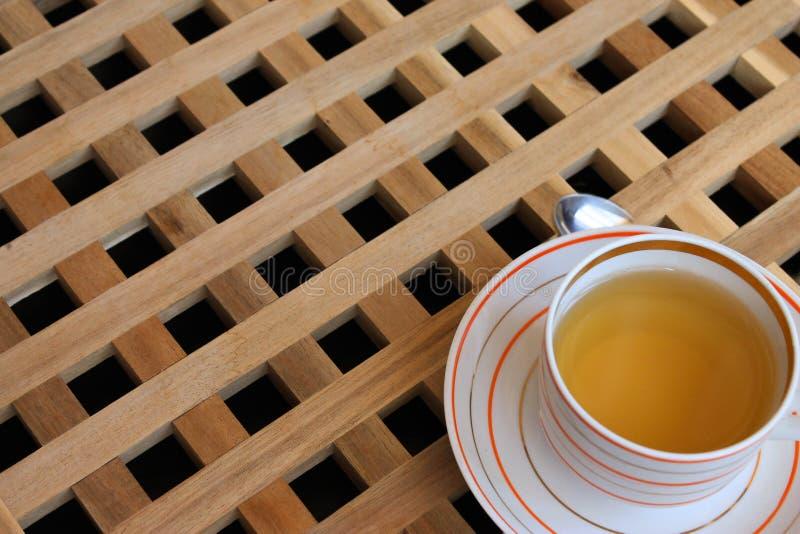Schale grüner Tee auf hölzernem Hintergrund lizenzfreie stockfotografie
