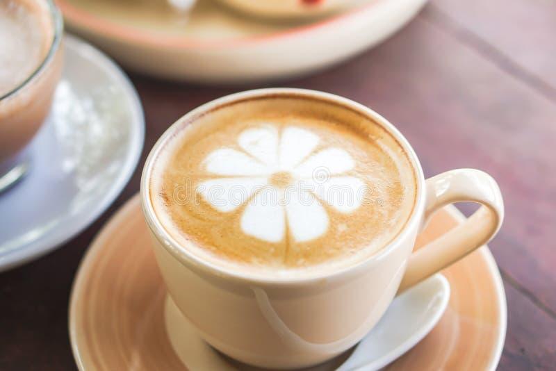 Schale heiße Kaffee Lattekunst auf Holztisch lizenzfreie stockfotos