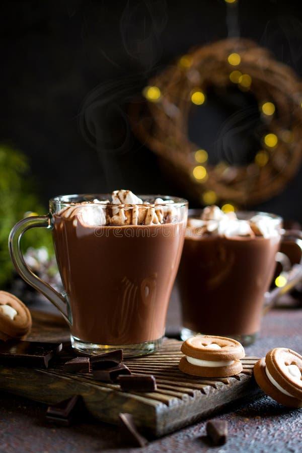 Schale heiße Schokolade mit Eibischen auf Spitzen- und Winterdekor Traditionelles Getränk für Herbst oder Winterurlaube stockfoto