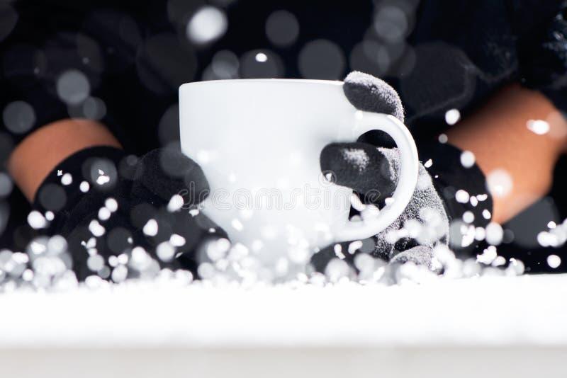 Schale heißer Kaffee in den Händen an einem kalten Tag lizenzfreie stockbilder
