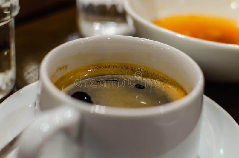 Schale heißer Kaffee, Erfrischungskaffee in der weißen Schale, Abschluss herauf ima lizenzfreies stockbild