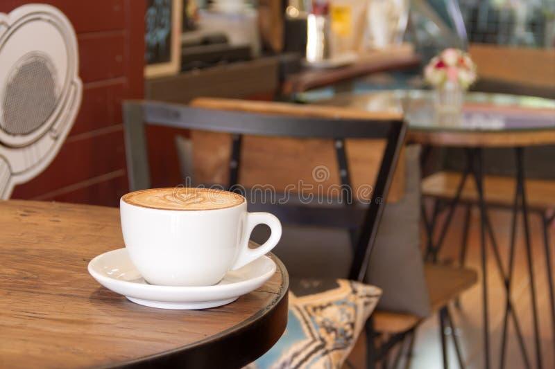 Schale heißer Kaffee spät lizenzfreie stockbilder