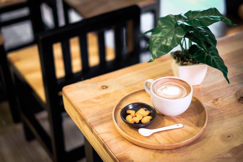 Schale heißer Kakao Kaffee oder Latte verziert mit Milch weiter stockbilder