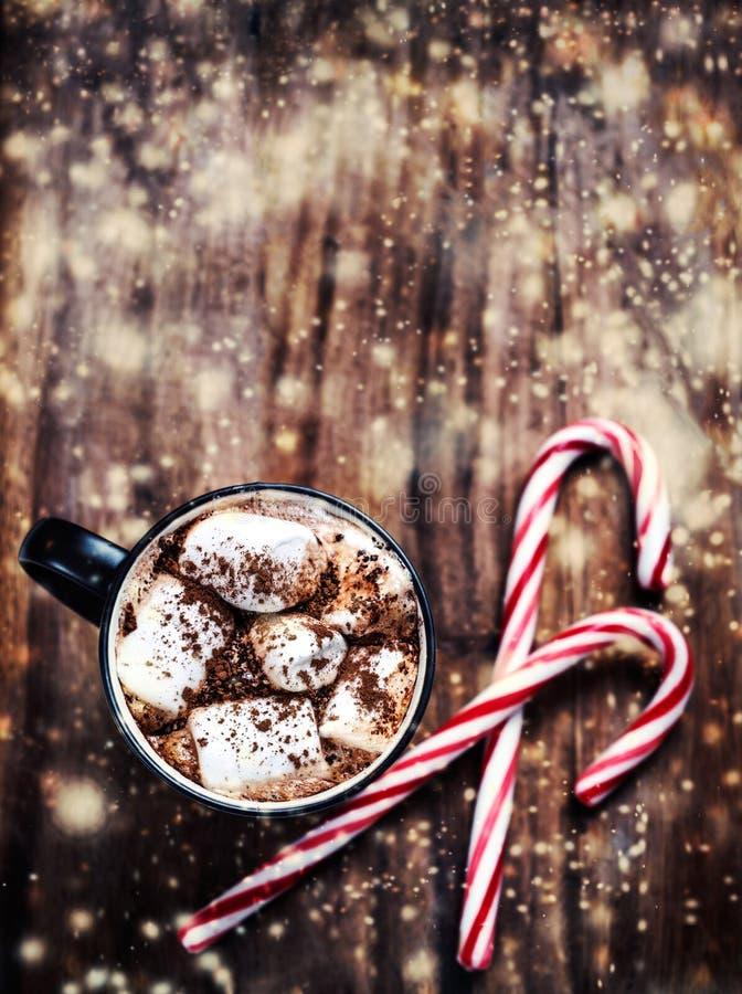 Schale heißer Kakao mit Eibischen auf hölzernem Hintergrund chris stockfoto