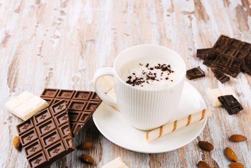 Schale heißer Kakao oder Cappuccino- oder Lattekaffee lizenzfreies stockbild