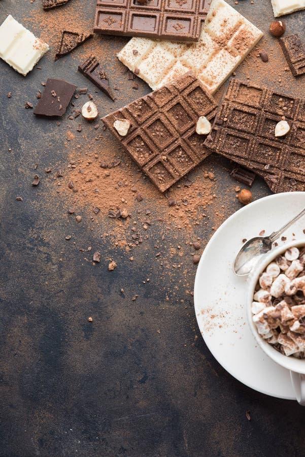 Schale heißer Kakao oder Cappuccino- oder Lattekaffee stockfotografie