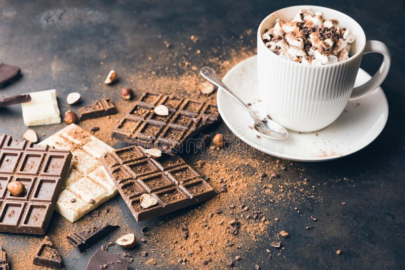 Schale heißer Kakao oder Cappuccino- oder Lattekaffee lizenzfreies stockfoto