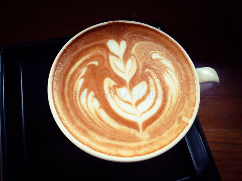 Schale heißer Latte oder Cappuccino mit faszinierender Lattekunst stockfotografie