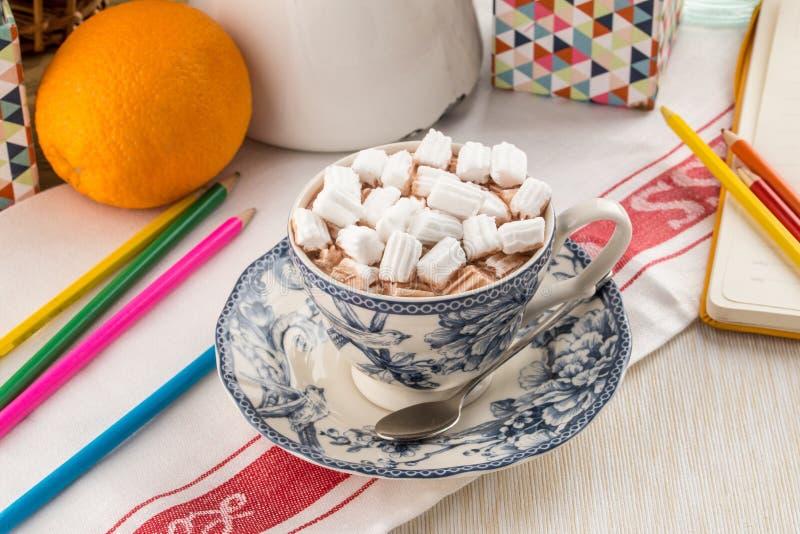 Schale heiße Schokolade mit Eibisch auf Textilserviette stockfotos