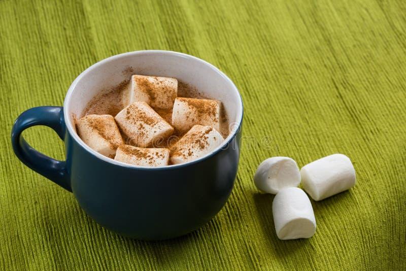 Schale Kakao mit marshmellow und Zimt stockbilder