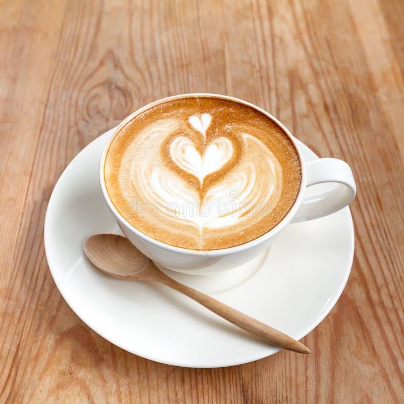 Schale Lattekaffee auf hölzernem lizenzfreies stockbild