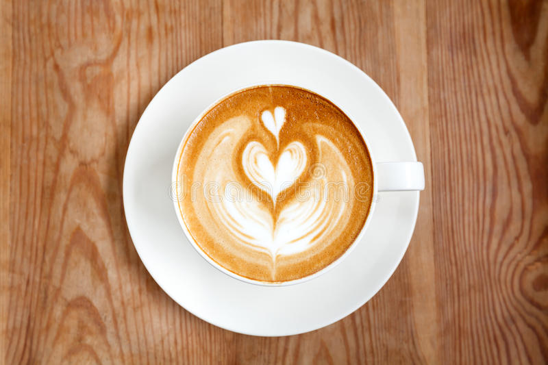 Schale Lattekaffee auf hölzernem lizenzfreies stockfoto