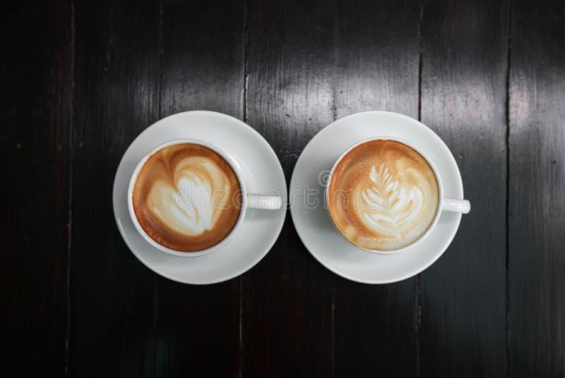 Schale Lattekaffee auf hölzernem Hintergrund stockbilder