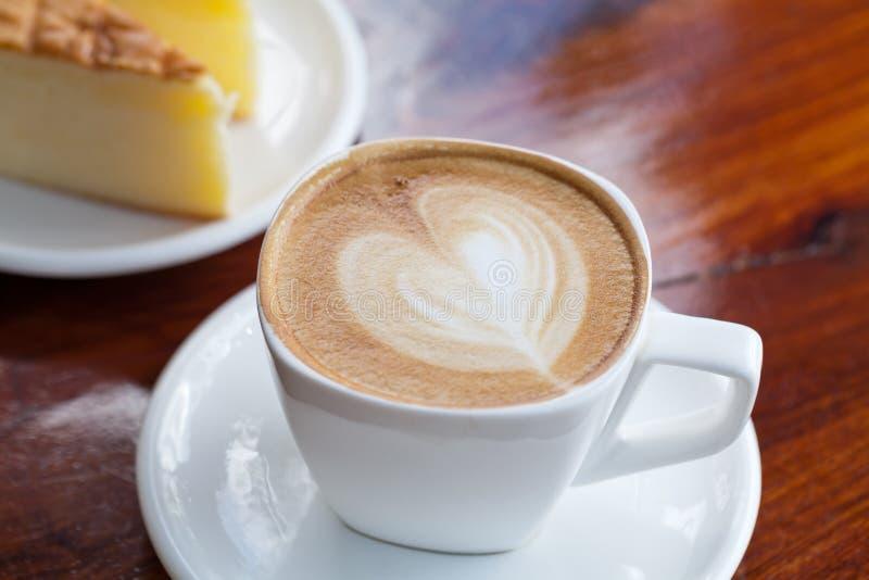 Schale Lattekaffee mit Kuchen stockfotografie