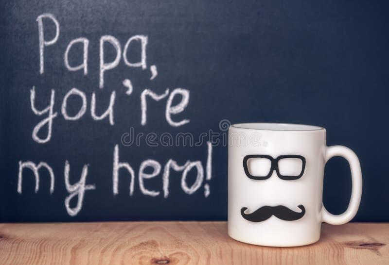 Schale mit dem Schnurrbart, Gläsern und handgeschriebenem Text Papa you're, die meinen sind lizenzfreie stockfotos