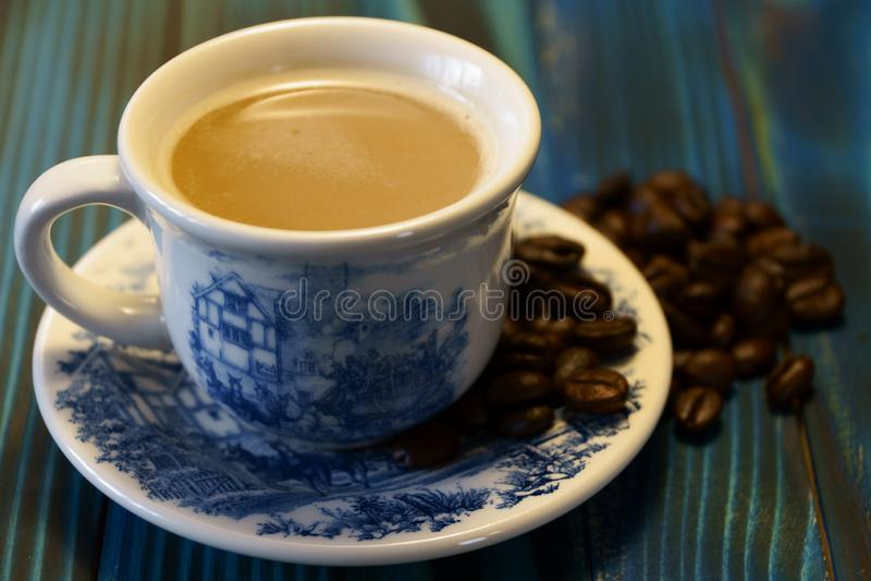 Schale mit wohlriechenden Kaffeebohnen lizenzfreies stockbild
