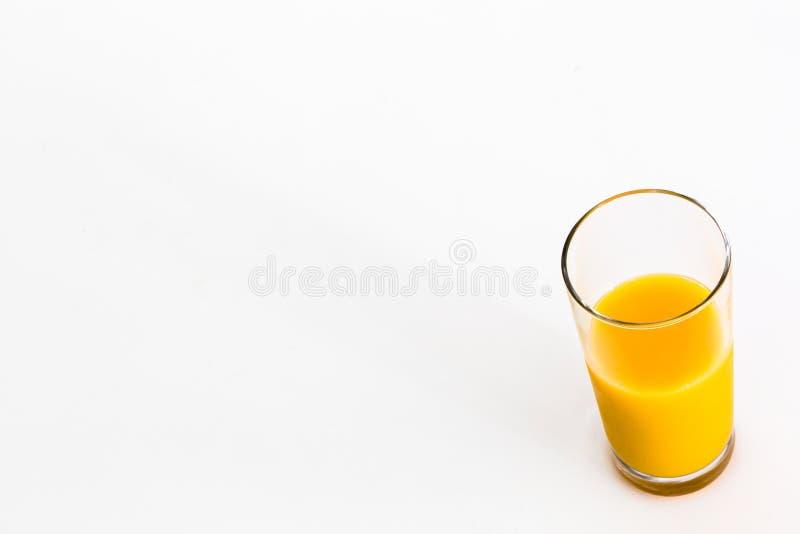 Schale Orangensaft lokalisiert auf weißem Hintergrund stockbilder