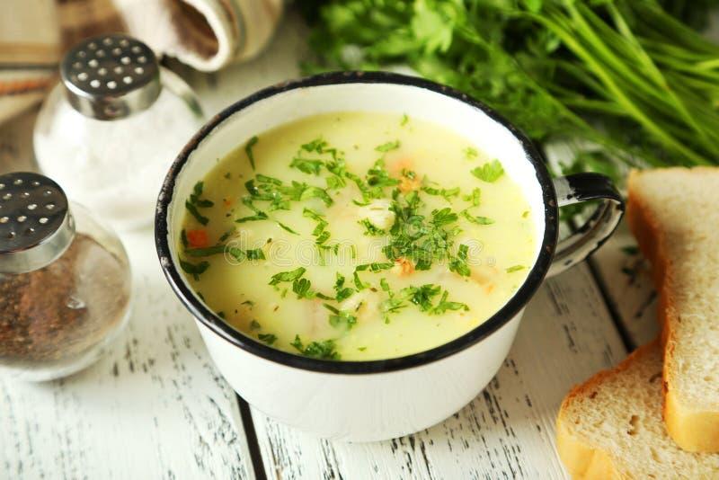 Schale Suppe auf weißem hölzernem Hintergrund stockbild
