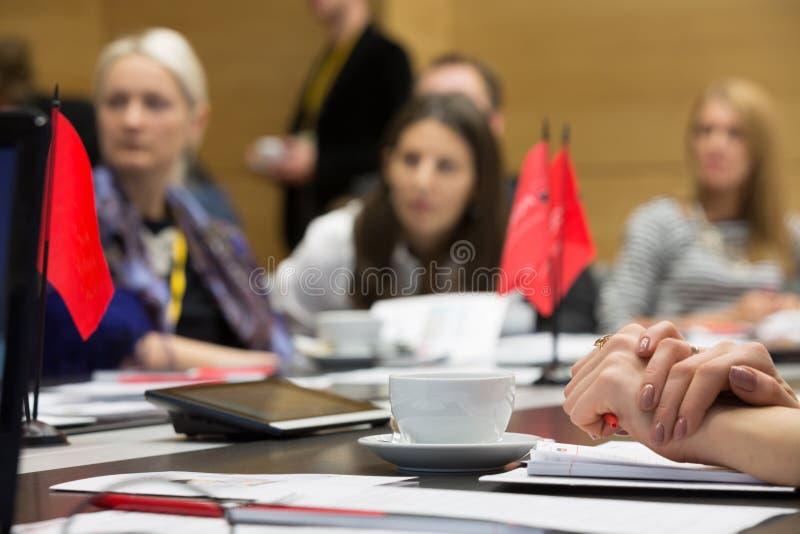 Schale und Dokumente auf dem Tisch auf Geschäfts-Frühstück stockfoto