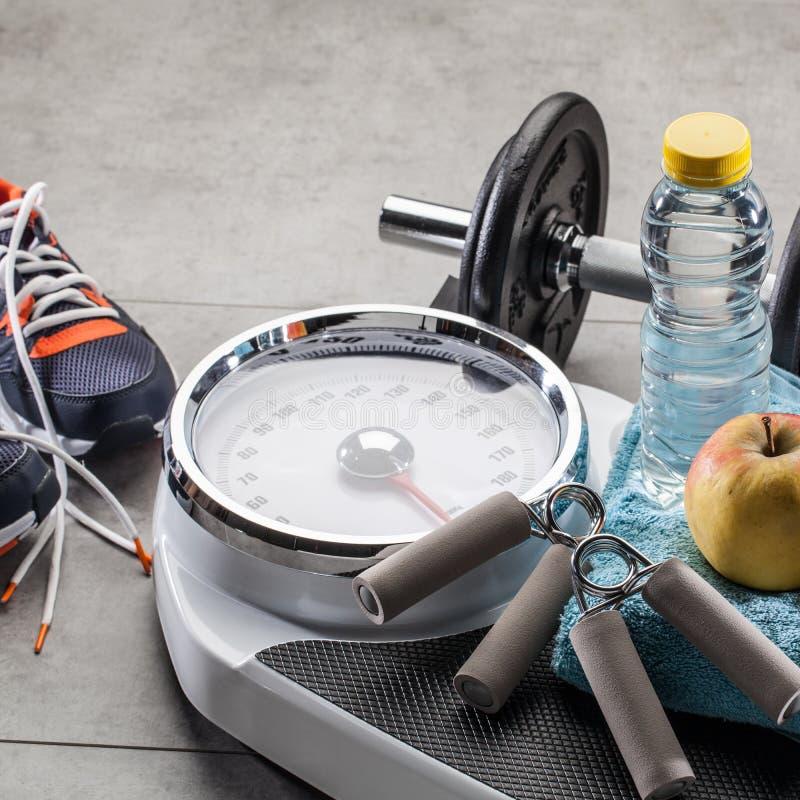 Schalen, tennisschoenen, de toebehoren van de gewichtsoefening en natuurlijk dieetvoedsel royalty-vrije stock foto's