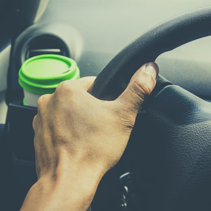 Schalenkaffee setzte an vordere Konsole eines Autos stockfotos