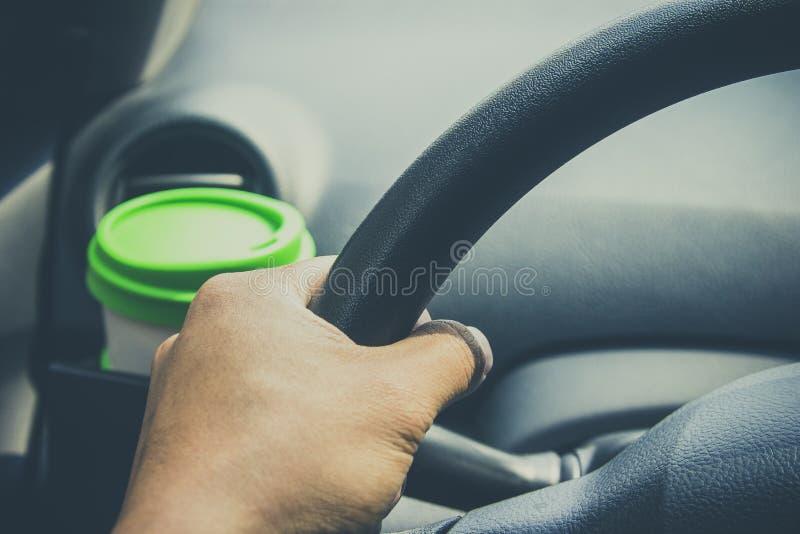 Schalenkaffee setzte an vordere Konsole eines Autos lizenzfreie stockbilder