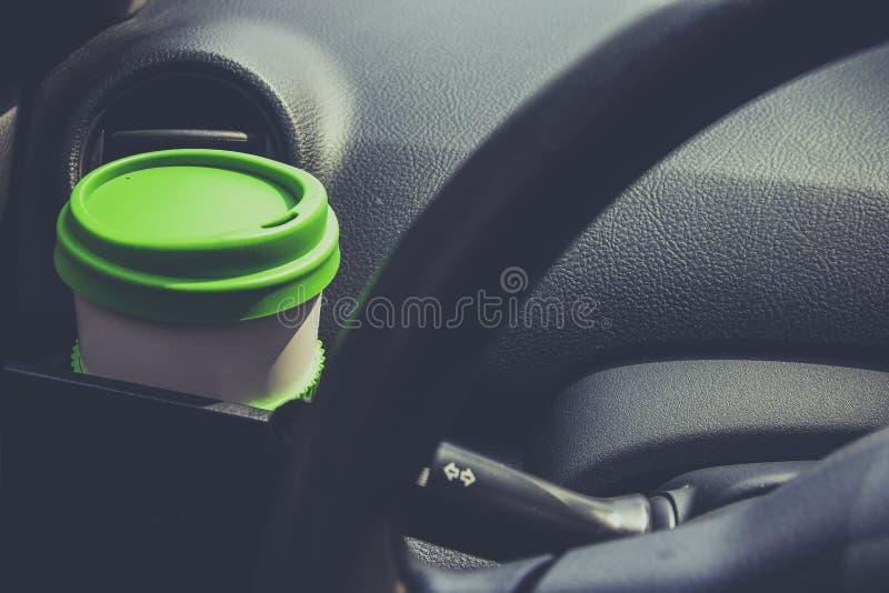 Schalenkaffee setzte an vordere Konsole eines Autos lizenzfreie stockfotografie