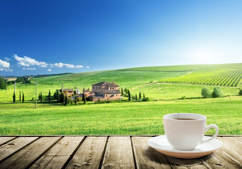 Schalenkaffee und Toskana-Landschaft stockfoto