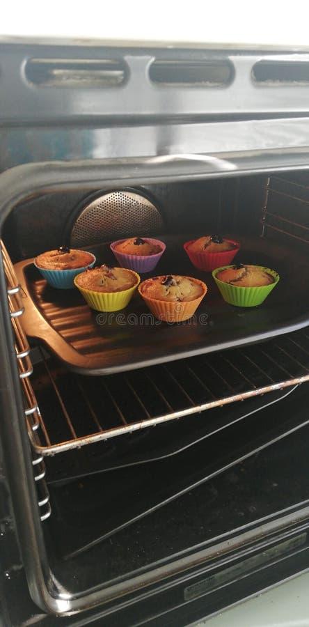Schalenkuchen im Ofen lizenzfreie stockfotos