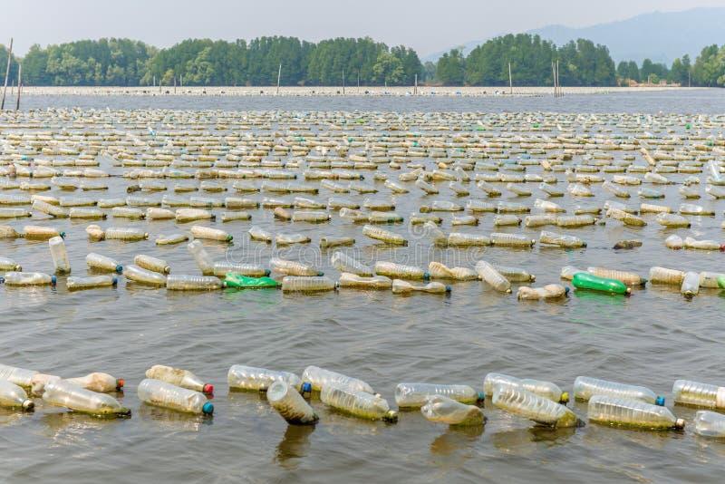 Schalentierbauernhof von den alten Plastikflaschen im Meer bei Chanthaburi, T stockfoto