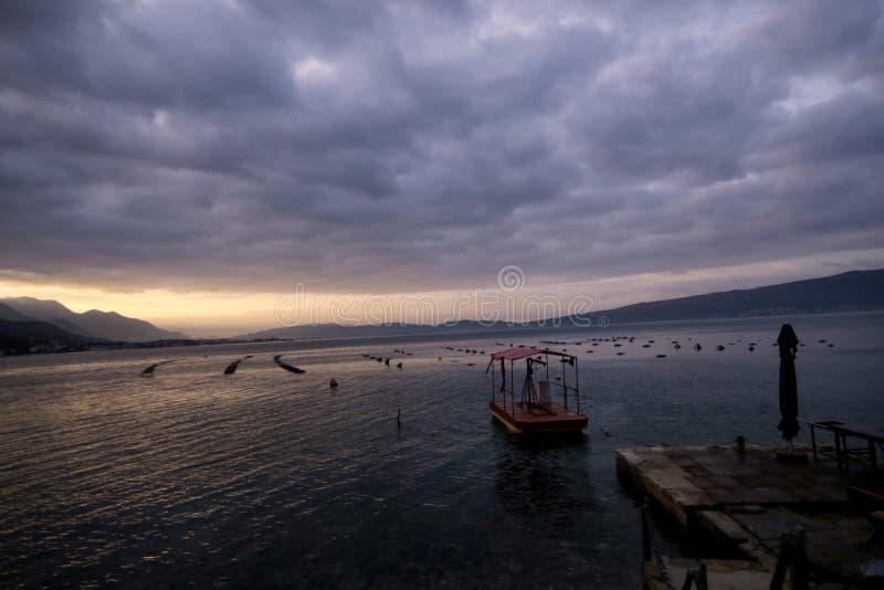 Schalentierzüchtung auf Mittelmeer Miesmuschelbauernhof mit Boot auf adriatischen Küste Austernbanken bei Ebbe im Austernbauernho lizenzfreies stockbild