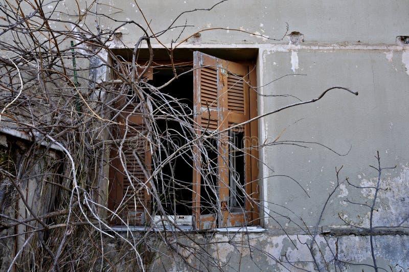 Schalenwand und unterbrochener Fensterblendenverschluß stockfotografie