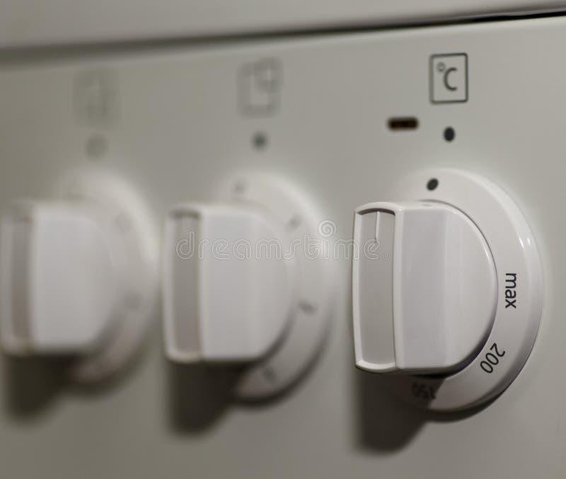 Schalten Sie den elektrischen Ofen an stockfoto
