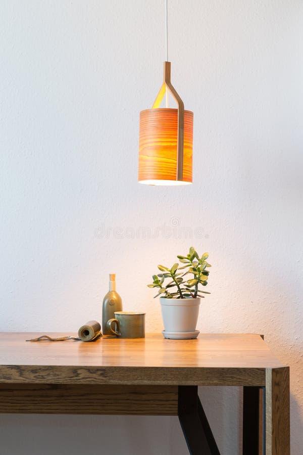 Schalten Sie die Holzlampe über dem Tisch ein stockfotografie