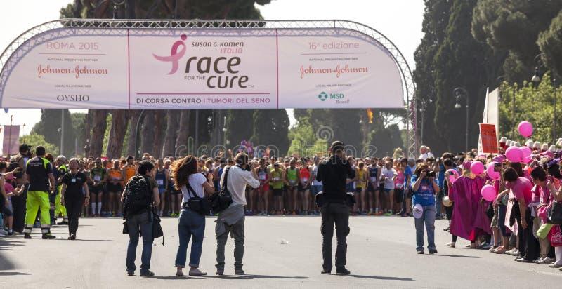 Schalten Sie Leitung Farbbänder zu Rennen für die Heilung, Rom Italien Gegen Brustkrebs stockfotos