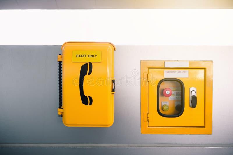 Schaltersteuerungskasten und -Notruf in skytrain Station lizenzfreie stockbilder