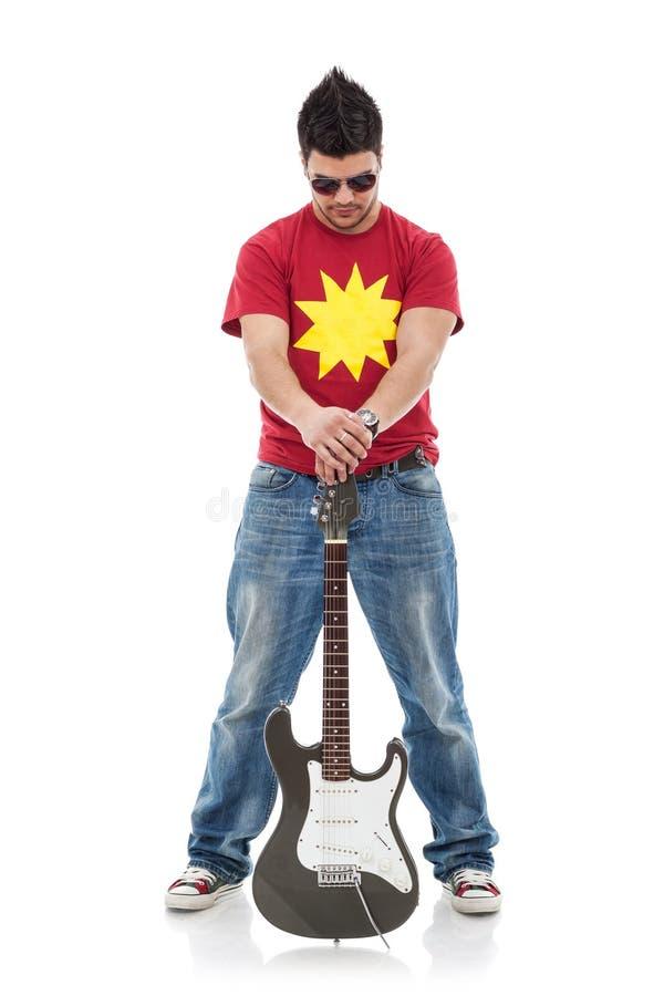 Schalthebel hält Gitarre zwischen Fahrwerkbeinen an stockbild
