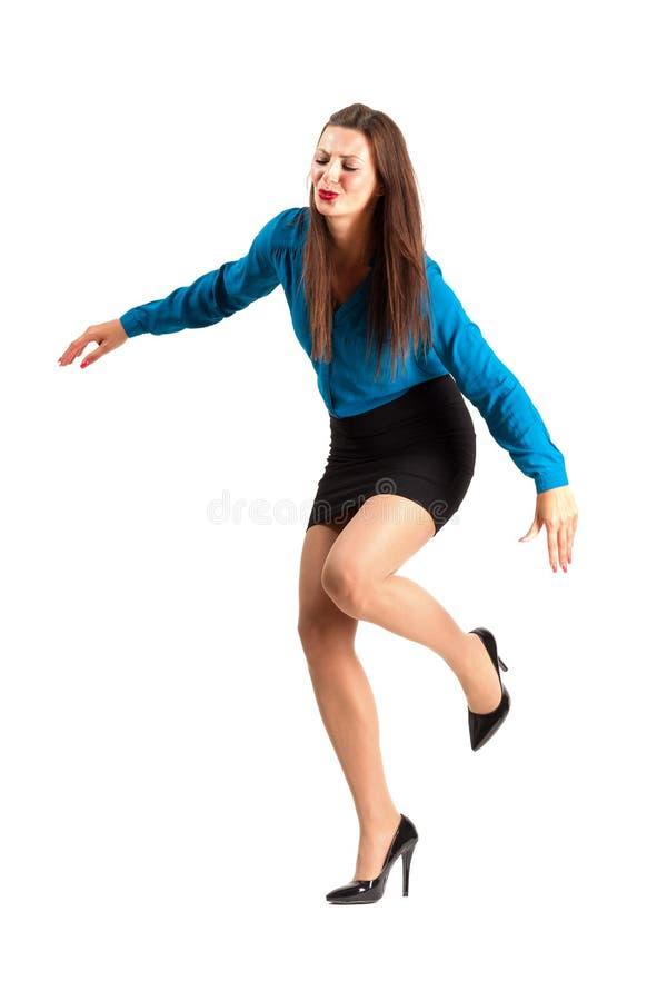 Schaltungsoder fallende Geschäftsfrau in den hohen Absätzen lizenzfreies stockfoto