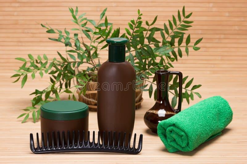 Schampo, hårmaskering, hårkam och handduk fotografering för bildbyråer