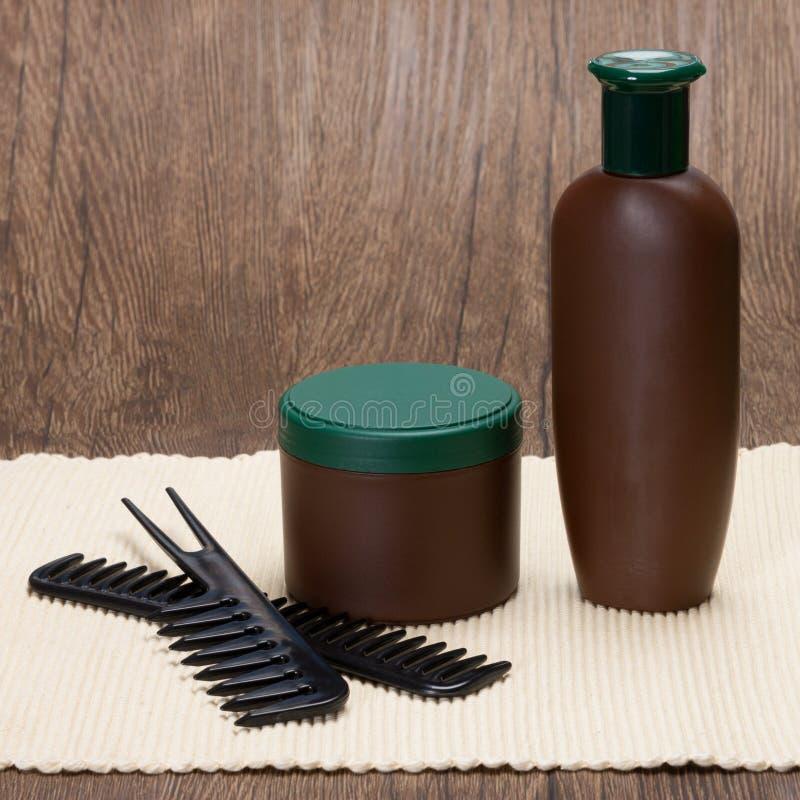 Schampo- och hårmaskering med hårkammar royaltyfria foton