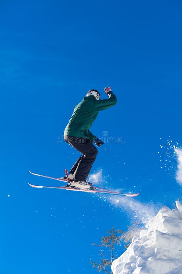 Schansspringen in de sneeuwbergen royalty-vrije stock fotografie