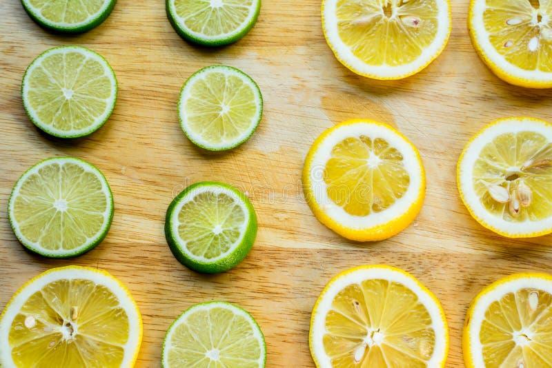 Scharf- und Kontrastbild der Zitronenscheibe Draufsicht zur neuen organischen Zitronenscheibe lokalisiert auf hölzernem Schneideb stockfotografie